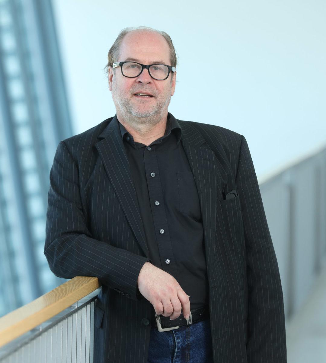 Dr. Bernd Flessner